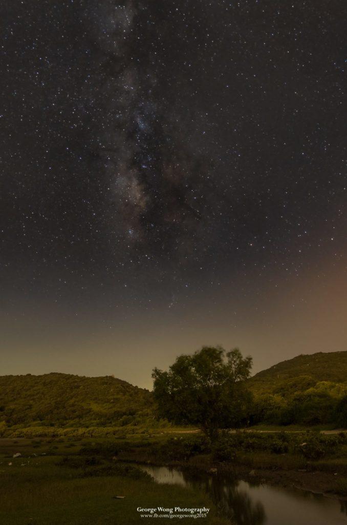 9月晚上9點,夏季銀河已差不多去到打直。攝於大嶼山水口