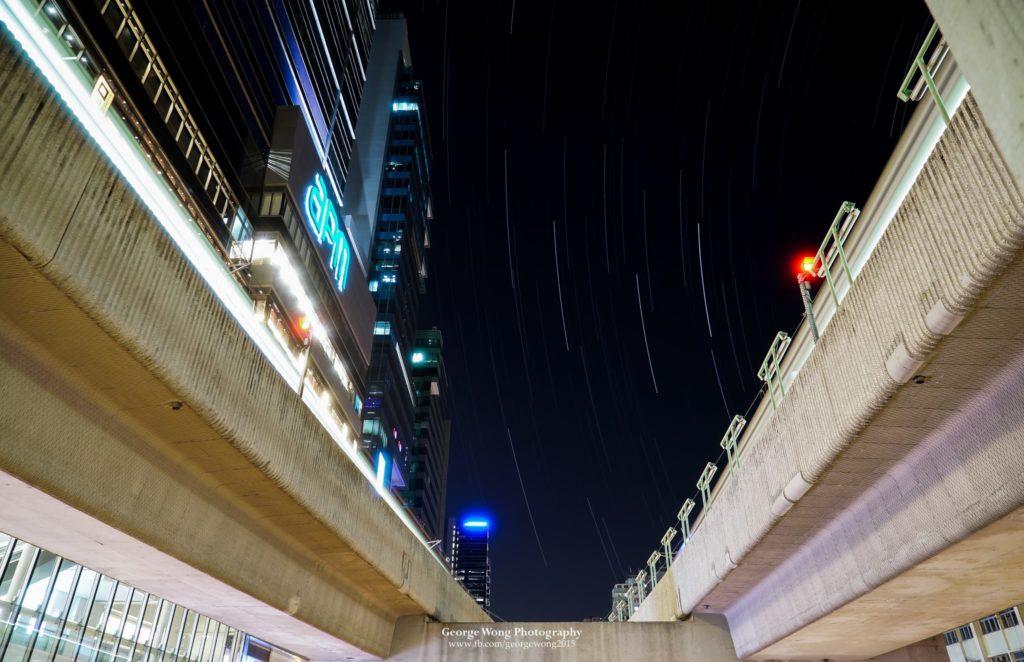 觀塘港鐵站外的星流跡