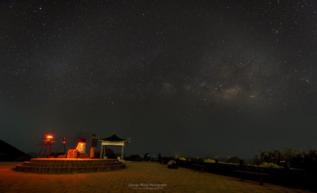 3月半夜3點左右拍攝夏季銀河從東南方升起。攝於大坳門