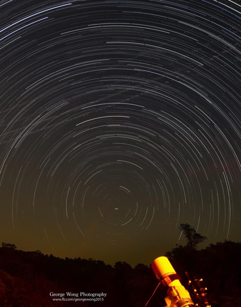向北拍攝的星流跡,會有一個個同心圓,曝光:130mins